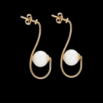 Earrings in gold and mother pearl